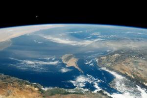 Chmura pyłu nad morzem