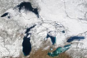 Dzikie huśtawki w lodzie Wielkich Jezior