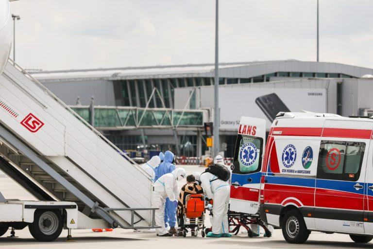 Do Polski wrócił ciężko chory na COVID-19 polski dyplomata. RCB koordynowało ewakuację z Indii.
