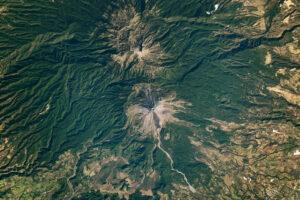 Dwa wulkaniczne szczyty, którym daleko do bliźniaków