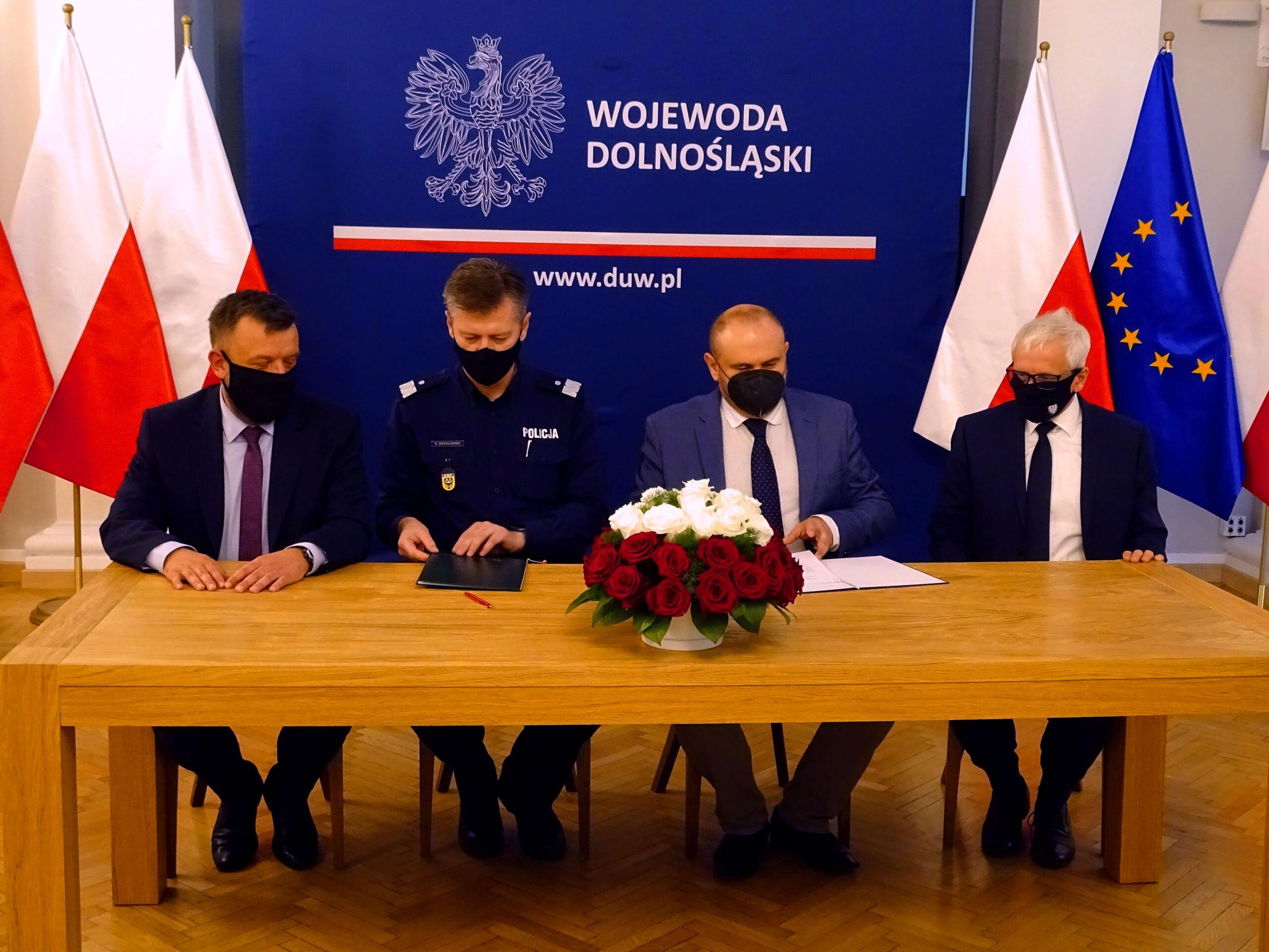 You are currently viewing Podpisano porozumienie o współpracy pomiędzy Dolnośląską Policją a Inspekcją Ochrony Środowiska we Wrocławiu.